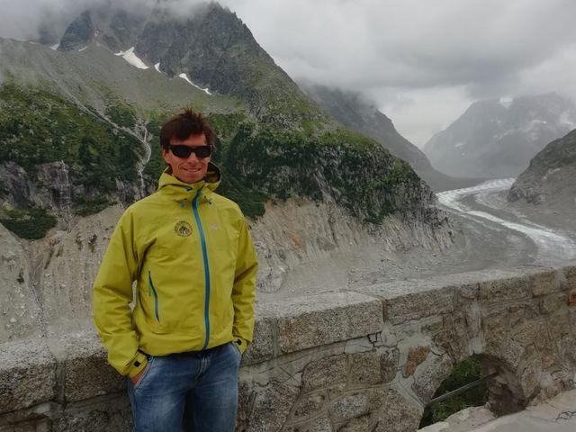 Ludovic Ravanel, géomorphologue au CNRS et guide, vient sensibiliser les visiteurs sur l'écroulement de la montagne, à Montenvers.