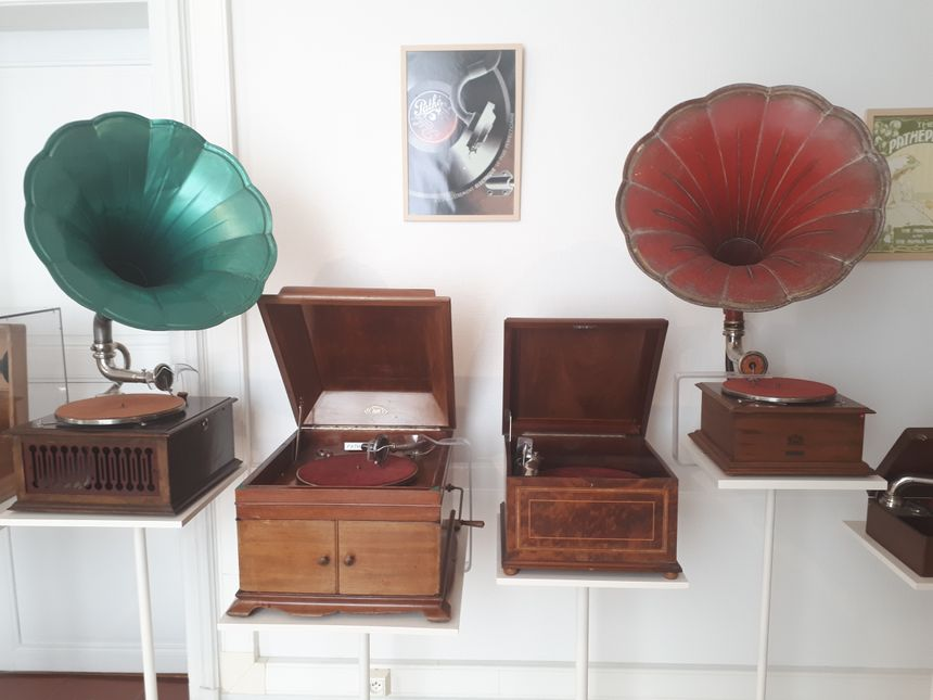 Le musée présente des phonographes, des gramophones et des électrophones.