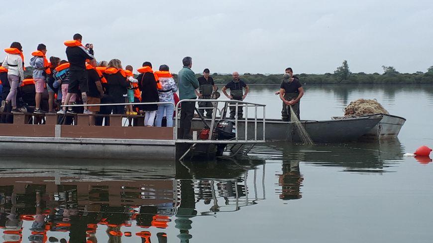Le public qui le souhaite est emmené au milieu du lac pour assister à des démonstrations de pêche.