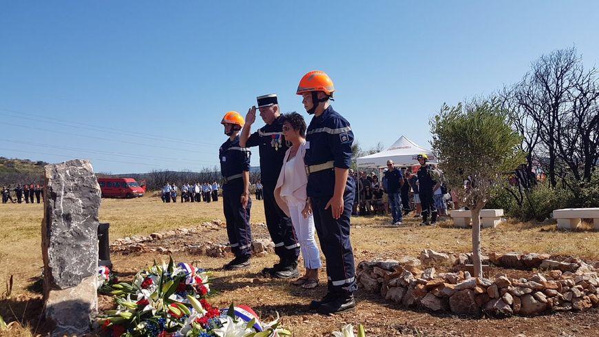 De nombreux pompiers volontaires et professionnels, des jeunes sapeurs-pompiers, des amis et la famille des victimes étaient présents durant la cérémonie d'hommage.