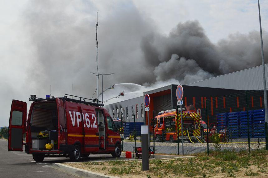 Au moins 100 pompiers de la Drôme, de l'Ardèche, de la Loire et de l'Isère sont sur place ce samedi matin.
