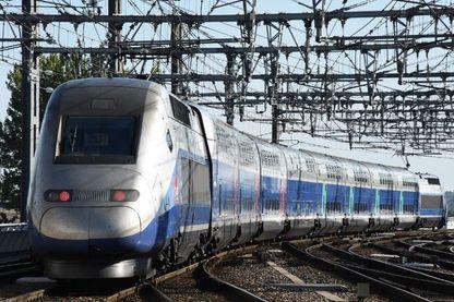 Une photo prise le 2 juillet 2017 montre le premier train officiel de la nouvelle ligne TGV reliant Paris à Bordeaux en 2h04 en quittant la gare de Bordeaux-Saint-Jean à Bordeaux, dans le sud-ouest de la France.