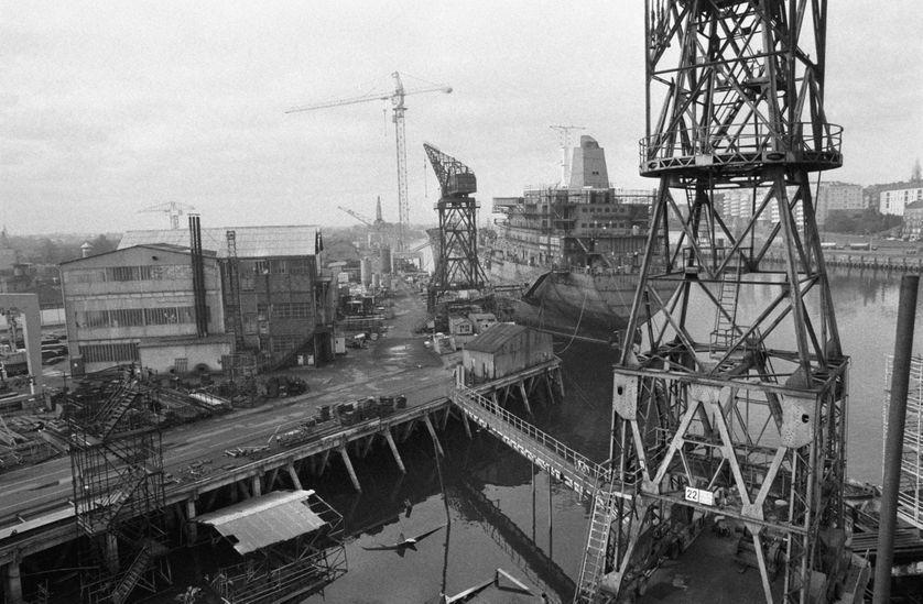 Bateau en construction au chantier naval de Dubigeon à Nantes le 3 octobre 1977