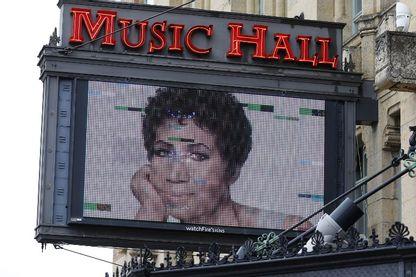 Un panneau sur le Music Hall de Detroit (Michigan) commémore le décès de la chanteuse Aretha Franklin, la «reine de la soul », à 76 ans le 16 août 2018