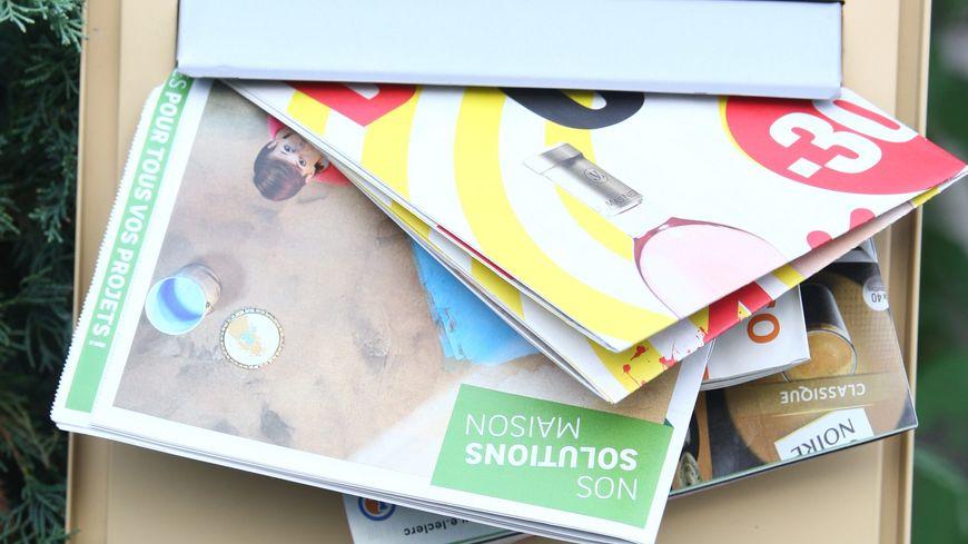 Accumulation de prospectus dans une boite aux lettres (photo d'illustration)