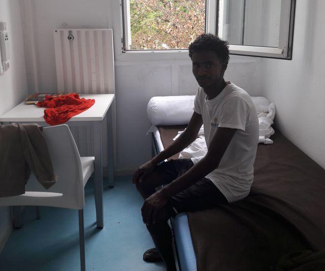 Salah dans sa chambre au centre d'accueil de demandeurs d'asile de La Verpillière (Isère)