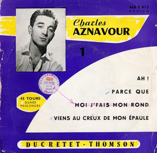 """Le jeune Charles Aznavour pose en 1956, chemise ouverte mais cela reste plus décent pour le Comité d'écoute que le titre """"Moi j'fais mon rond"""""""