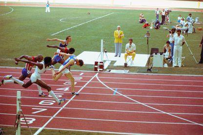 Comme le montre la photo finish, Guy Drut bat sur le fil, et de 3 centièmes, le cubain Alejandro Casanas