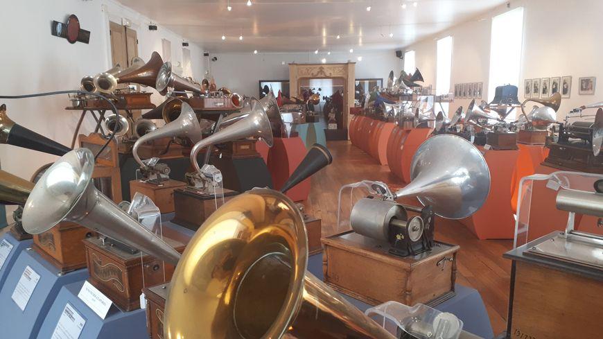 Le musée de l'aventure du son présente plus de 1 000 objets anciens.