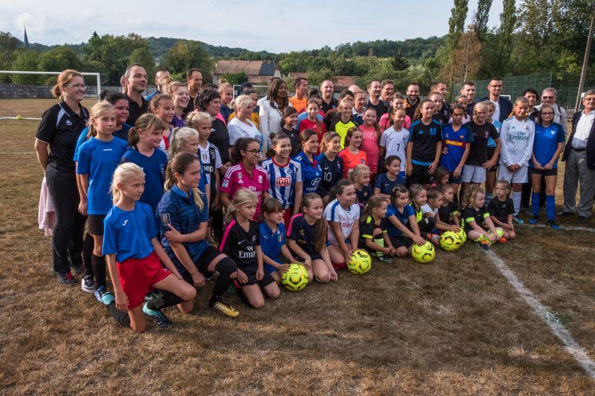 Laura Flessel pour la photo souvenir avec les filles du club de foot féminin à Ronchamp.
