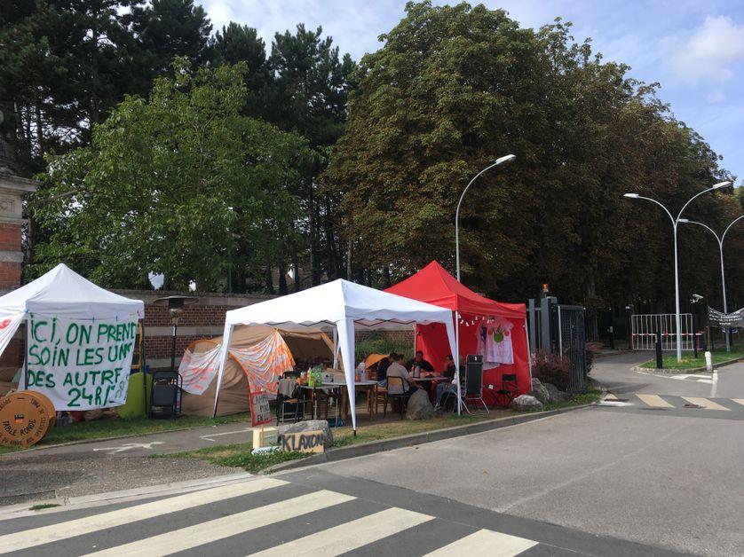 Les grévistes campent depuis deux mois devant l'hôpital, ils se relayent toute la journée et la nuit.