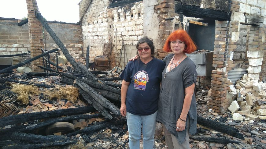 Ghislaine Cabaret (à droite) a lancé sur internet une cagnotte solidaire pour aider Christine Busson, apicultrice à Fouchères.