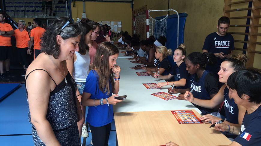 Séance de dédicaces des Bleues dans le gymnase de Saint Girons