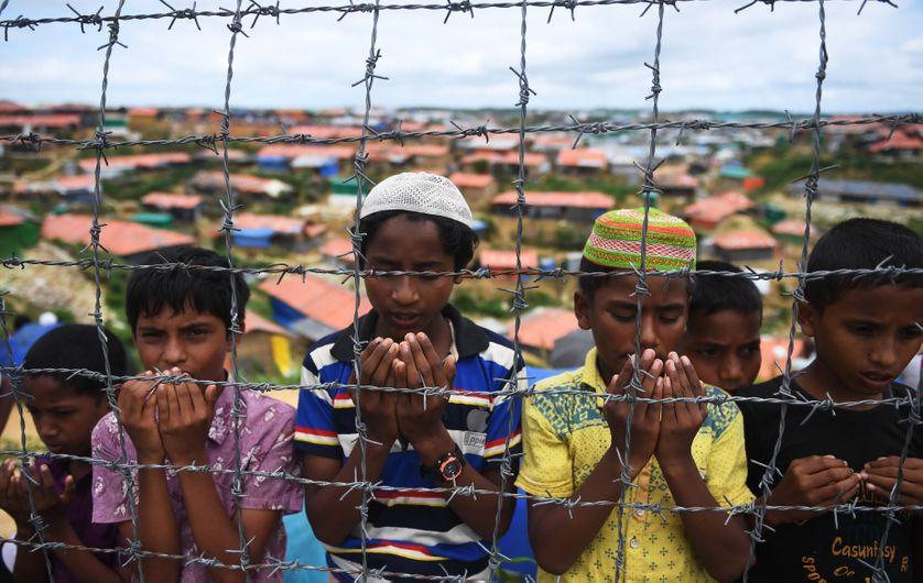 De jeunes réfugiés prient lors d'une cérémonie commémorant le début de l'exode massif de Rohingyas (camp de Kutupalong, au Bangladesh, 25/08/18)