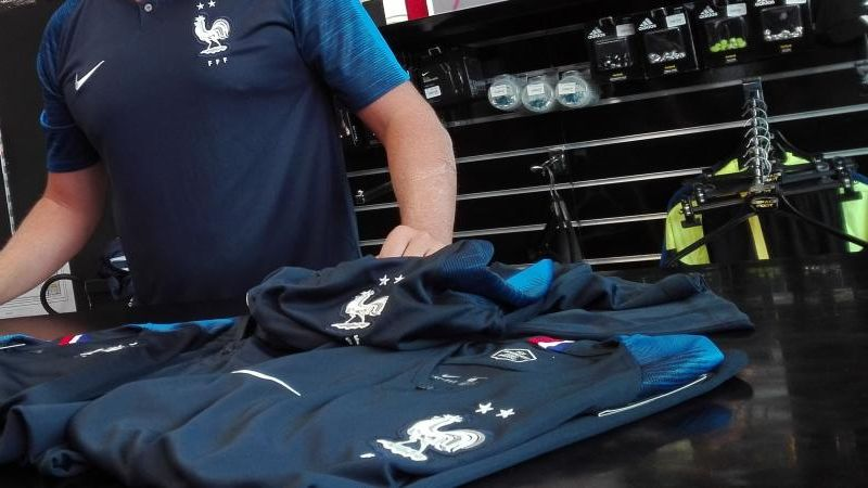 Mondial 2018 : vendu 85 euros, le maillot des Bleus coûte