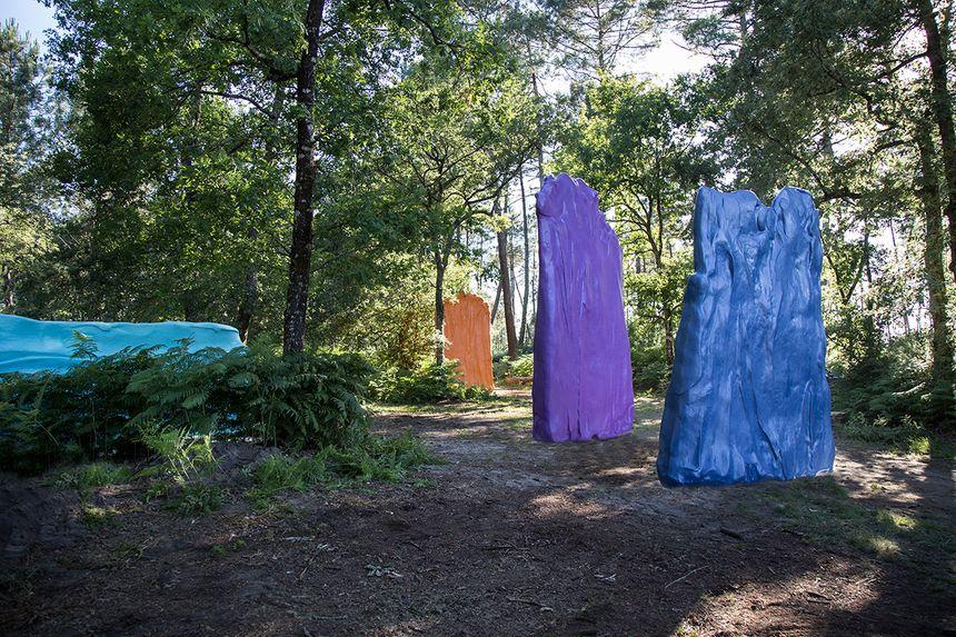 L'oeuvre « Couleurs » est un projet réalisé de quatre blocs de couleurs au milieu des bois.