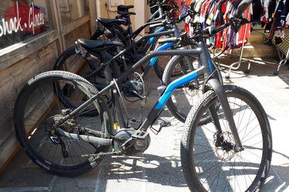 À Bourg d'Oisans les vélos électriques sont incontournables chez les loueurs