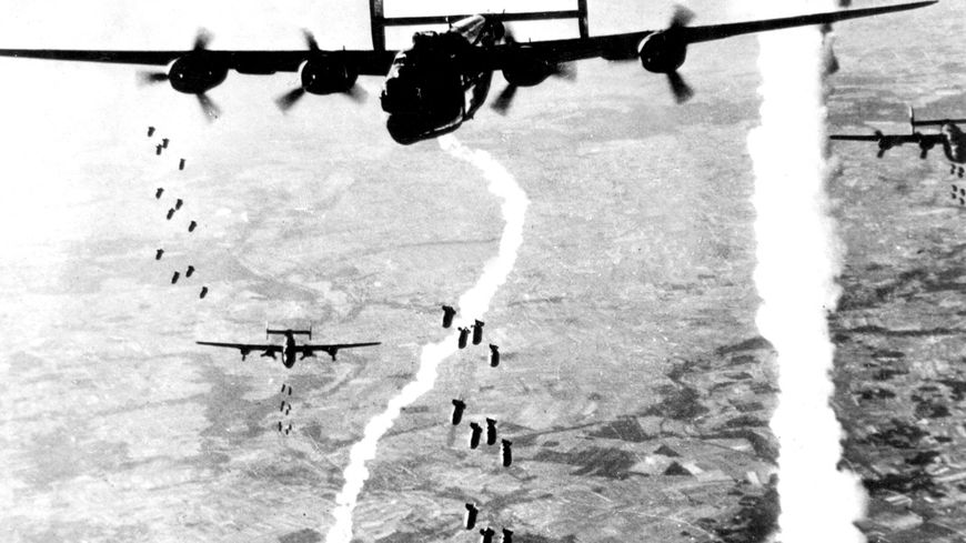 1944. Les B-24 américains bombardent la gare de Saint-Pierre-des-Corps et d'autres lieux stratégiques pour empêcher le ravitaillement des Allemands.