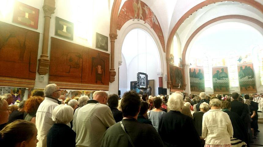 300 personnes ont rendu hommage au peintre disparu dans l'église et sur le parvis où la cérémonie était sonorisée