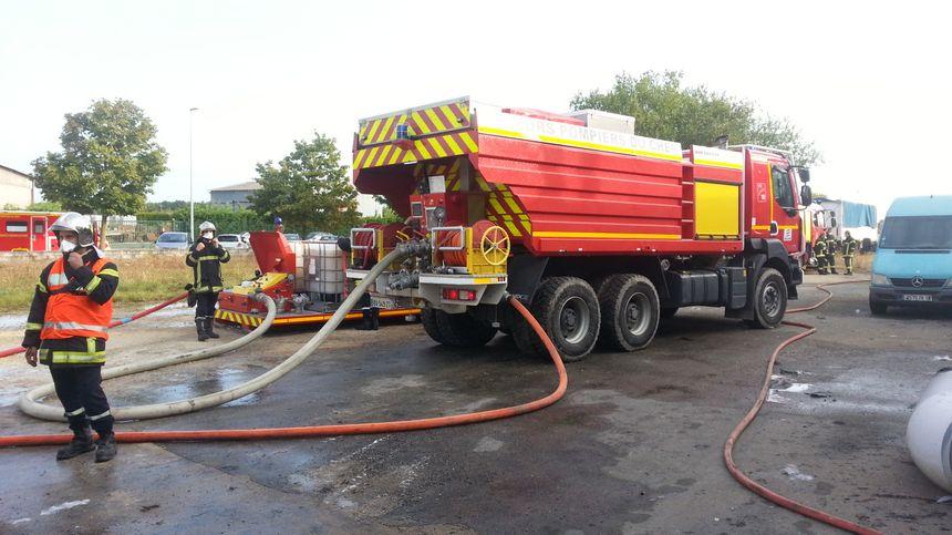 Les lances des pompiers étaient raccordées à un camion contenant des réserves de mousse pour figer les produits chimiques.