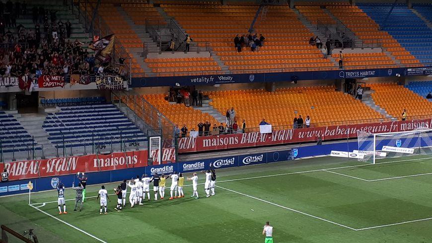 Les joueurs du FC Metz fêtent cette nouvelle victoire avec leurs supporters