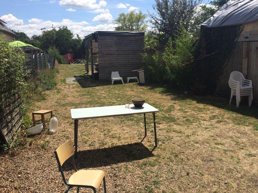 Le jardin accueille pour le moment les toilettes sèches mais bientôt un potager pourrait les rejoindre