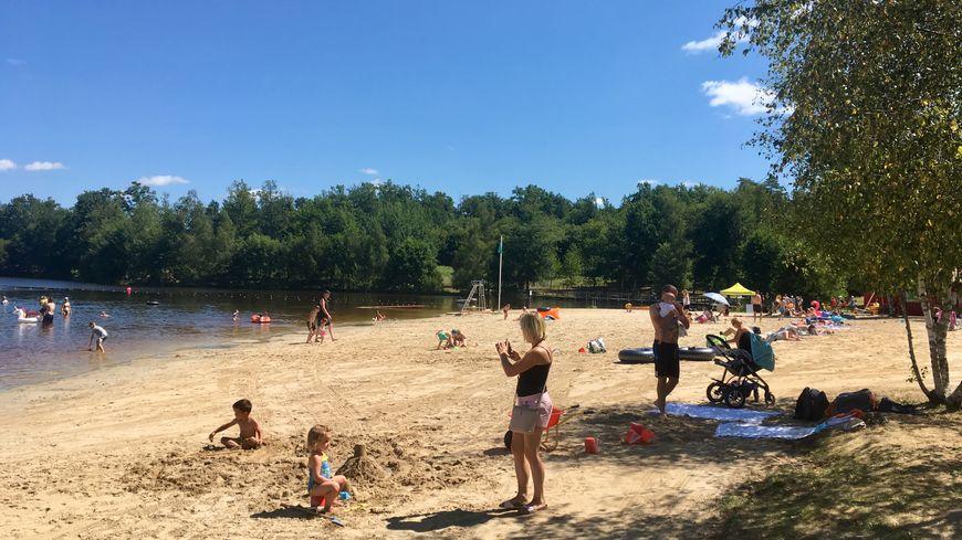 Sur la plage de l'étang de Saint-Estèphe, les touristes peuvent bronzer, se baigner et même faire du canoë.