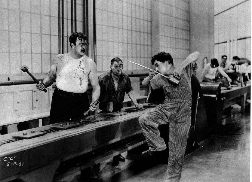 """Photo extraite du film """"Les temps modernes"""" (Modern Times), de et avec Charlie Chaplin, 1936."""
