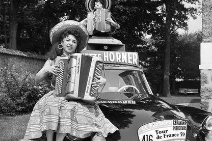 Yvette Horner qui pose pour le tour de France, 1959.