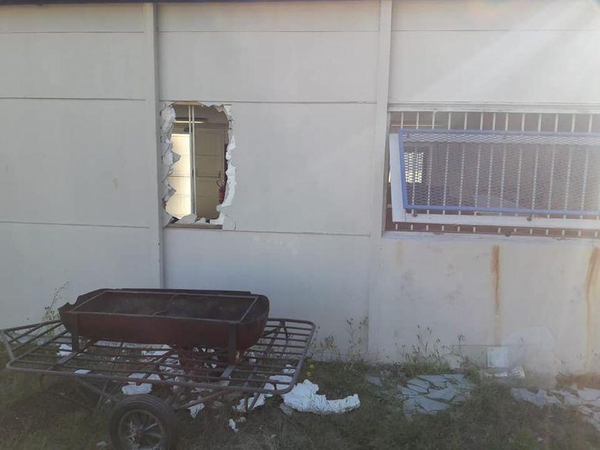 Les vandales ont éventré un mur pour pénétrer dans les lieux