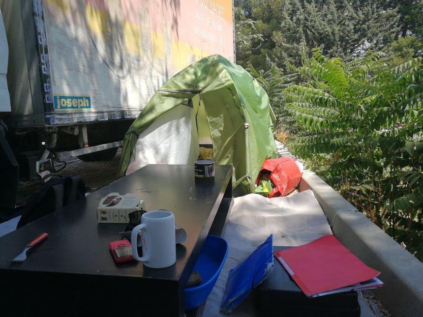 Léa, malade, et son conjoint Cédric vivent sur ce parking aixois avec un véhicule, une tente et une table