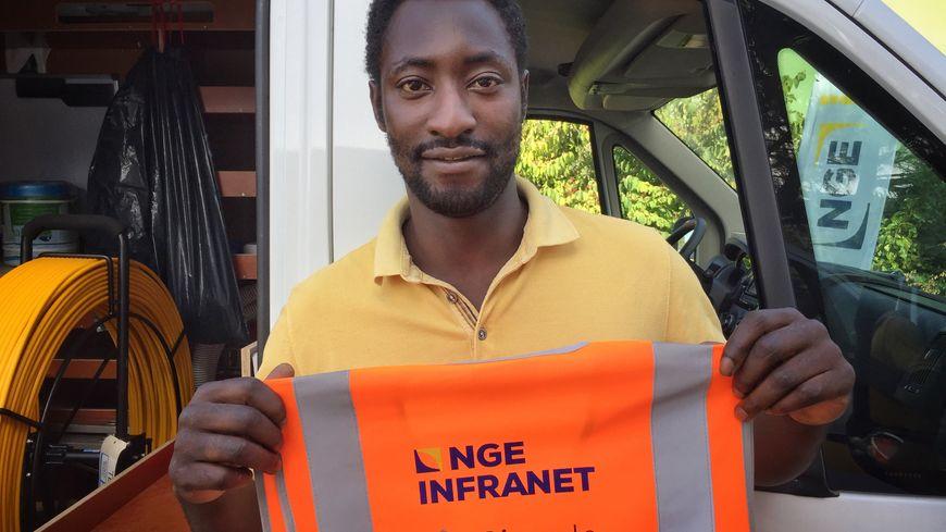 Baptiste, 28 ans, est un ancien téléconseiller, il est désormais chargé d'étude pour le déploiement de la fibre optique en Gironde.
