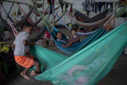 Des membres de la tribu Warao, le deuxième groupe autochtone du Venezuela, se reposent dans des hamacs au refuge Janokoida, où ils se sont réfugiés le 21 août 2018 dans la ville frontalière de Pacaraima au Brésil.