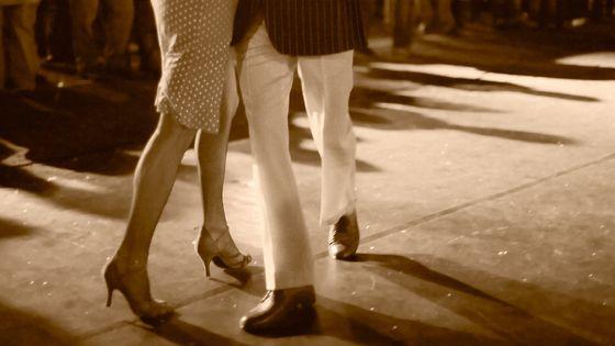 Couple dansant le tango.
