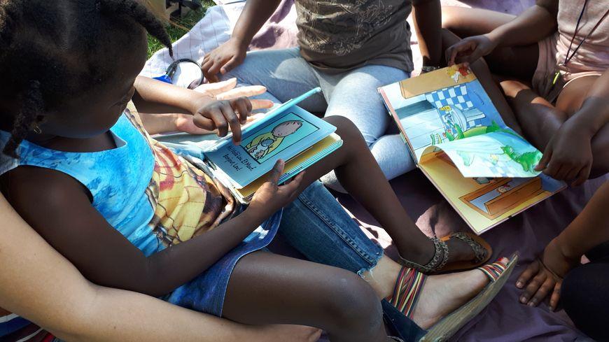Des bénévoles proposent des lectures individuelles ou collectives aux enfants