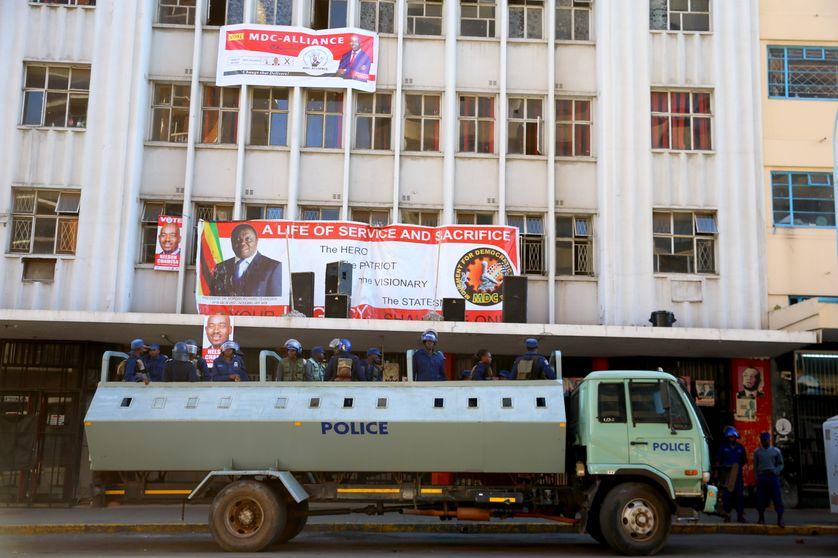 La police devant le siège du principal parti d'opposition à Harare