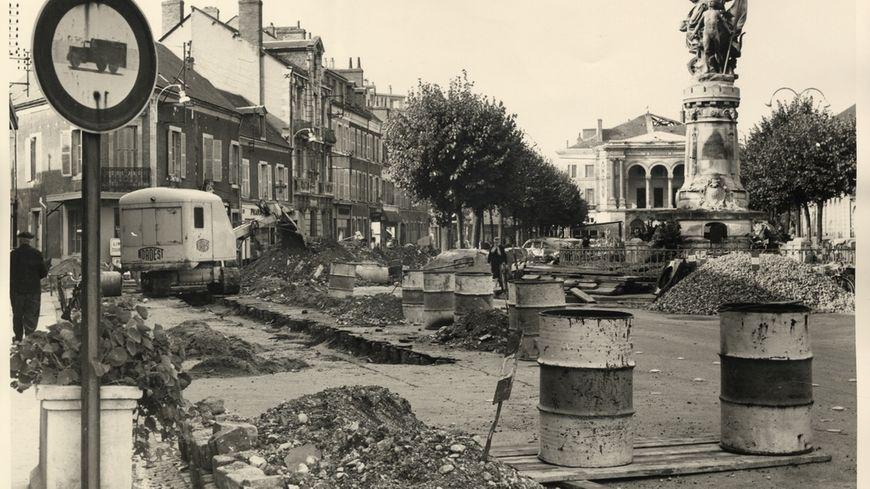 La place Gambetta à Chateauroux au milieu des années 50...déjà en travaux !