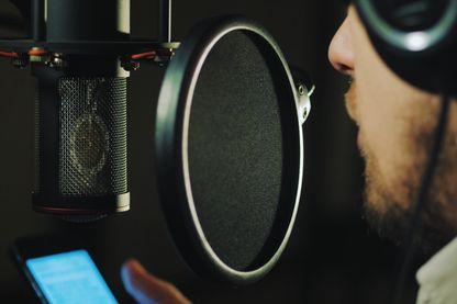 Le pouvoir de la voix de transformer le mot en chair