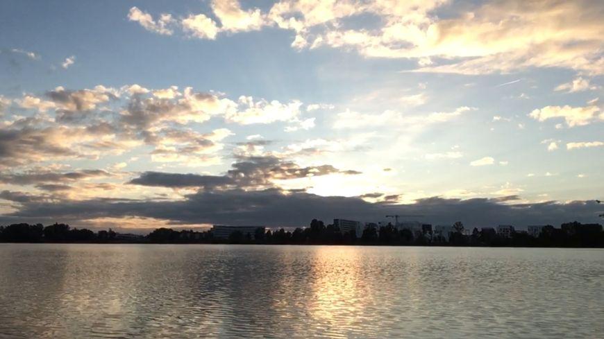 Une vue du lac de Bordeaux avec au loin le quartier Ginko et le soleil qui se lève...