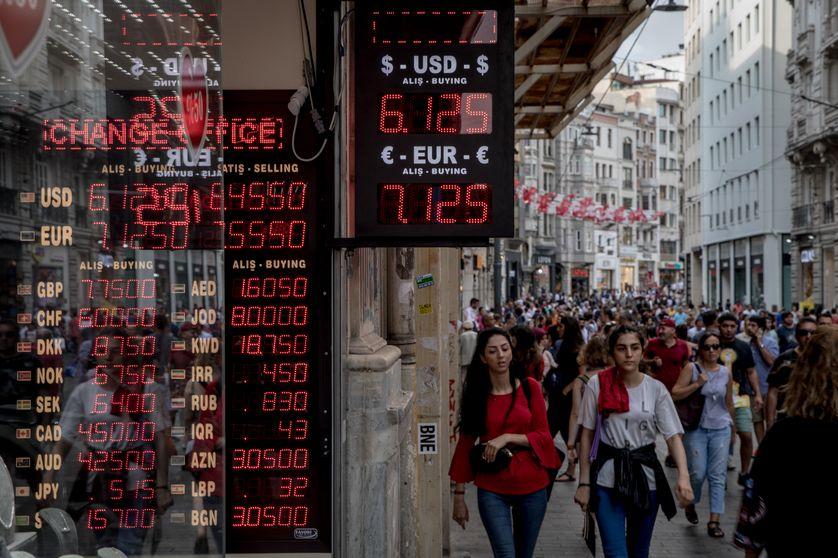 Passage de piétons à côté d'un bureau de change à Istanbul, Turquie, août 2018