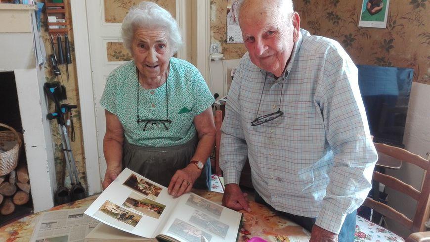 Christiane (87 ans) et Roger Coquerel (92 ans) feuillettent les albums souvenir de l'aventure. C'est dans leur champ que le ballon a atterri il y a quarante ans
