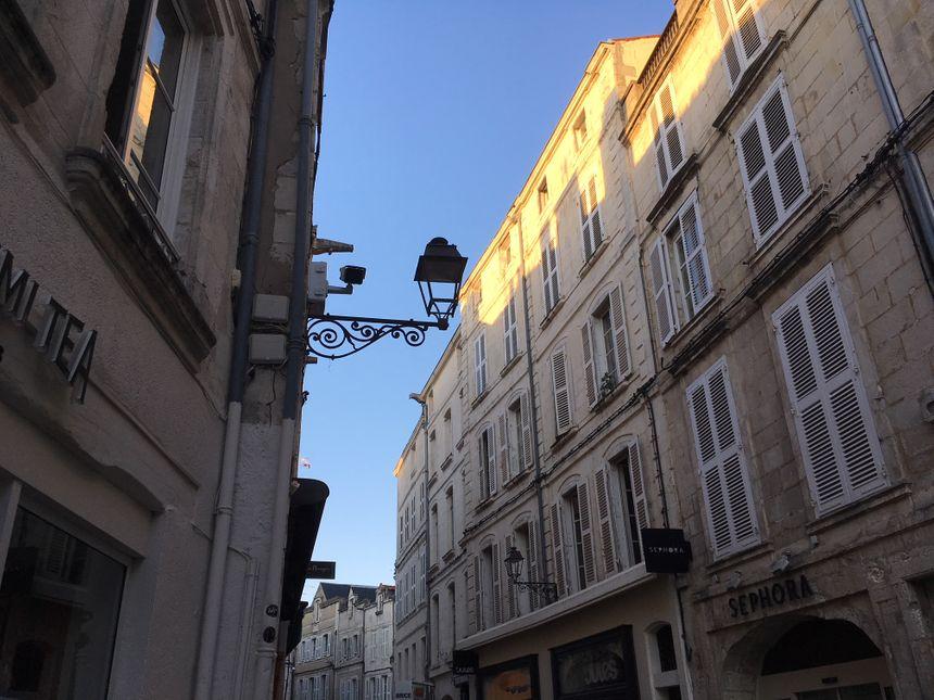 Des caméras sont également installées rue du Palais et rue du Temple. Un dispositif appelé à s'étoffer, pour surveiller également le vieux port, la rue Saint-Jean-du-Pérot et la rue Saint-Nicolas. - Radio France