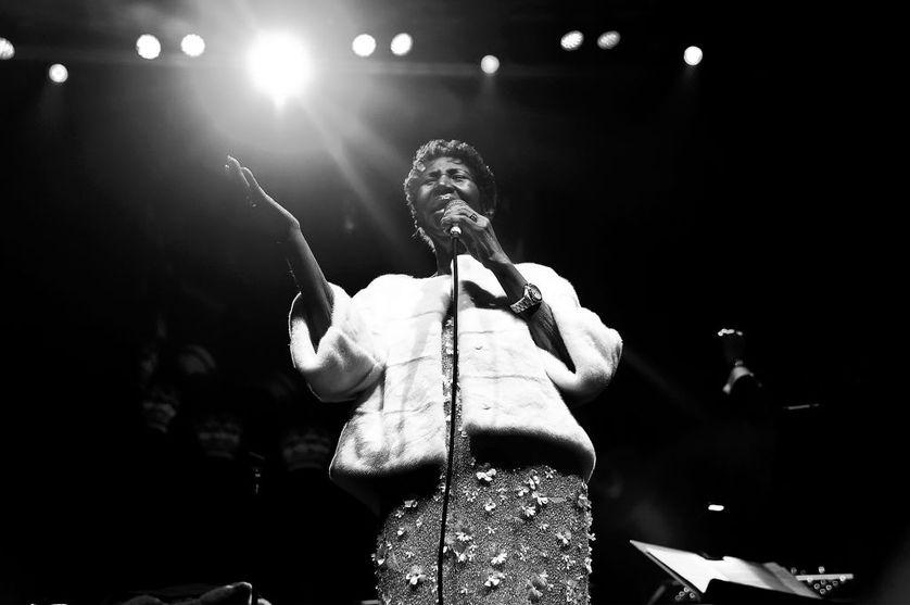 """Aretha Franklin se produit sur scène lors de la commémoration du 25ème anniversaire de la """"Elton John AIDS Foundation"""" lors du Gala d'automne de New York le 7 novembre 2017 à New York"""