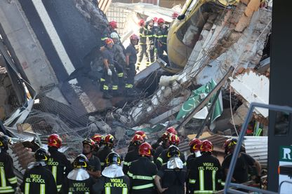 Gênes : les pompiers espèrent encore retrouver des survivants sous les décombres de béton.