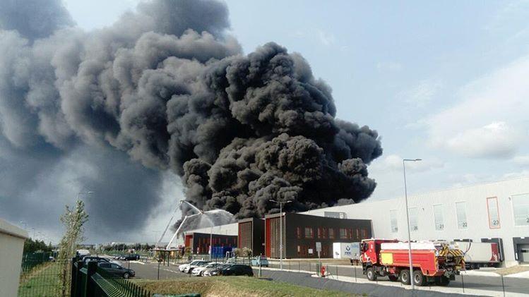 L'incendie de l'entrepôt AlloPneus est très impressionnant
