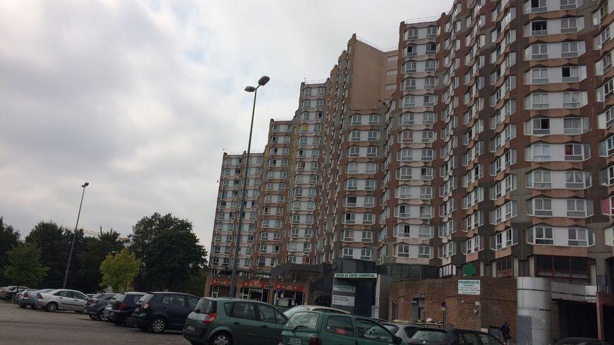 Les barres d'immeubles de la place du Pays d'Auge, quartier Étouvie, à Amiens