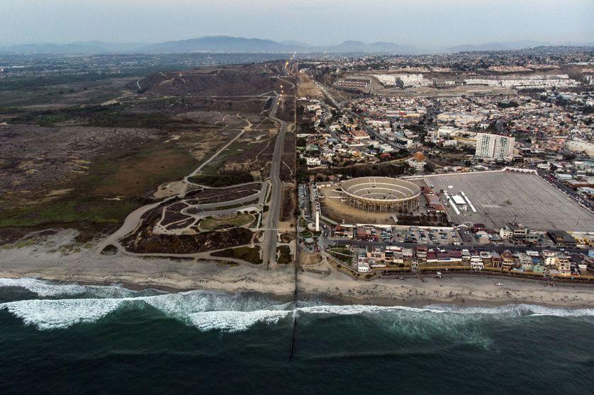 Frontière Etats-Unis (à gauche) - Mexique (à droite), qui s'étend dans l'Océan Pacifique, au niveau des plages de Tijuana, au Mexique. 10 août 2018