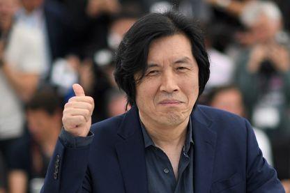 """Le réalisateur sud-coréen Lee Chang-Dong pendant le Festival de Cannes, le 17 mai 2018, pour son film """"Burning""""."""