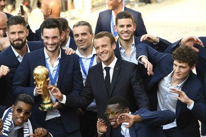 Olivier Giroud, Hugo Lloris, Emmanuel Macron, Paul Pogba, Benjamin Pavard et d'autres coéquipiers posent après avoir remporté la finale de la Coupe du monde Russie 2018