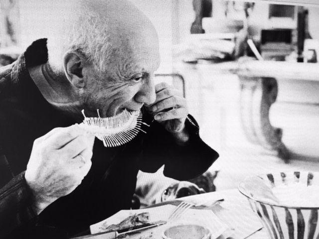 Picasso réalisant Plat avec une arête de poisson - Cannes avril 1957. Musée Picasso, Barcelone